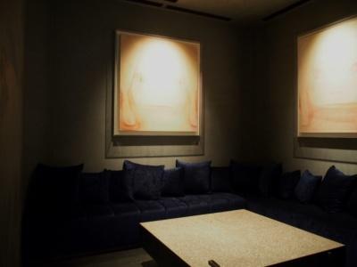 ラウンジの奥に設けたVIPルームにはアーティスト・奈良美智氏の作品が展示されている