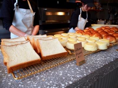 厚切りトーストやイングリッシュマフィンなど 5 種のオリジナルパンが楽しめるパンブッフェ。宿泊客は7時半~10時半まで無料で提供