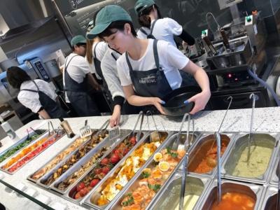 4種類の麺、6種類のメインソース、約8種類の日替わりデリから各1種類を選び、オーガニックのベビーリーフサラダを添えるのが基本メニュー。メニューはフードプランナーの大皿彩子氏がプロデュースしているという