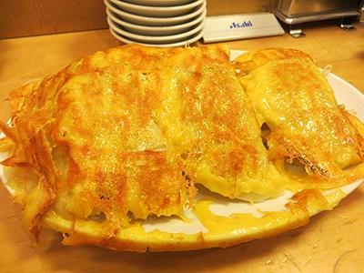「羽チーズ餃子定食」(税込み790円、餃子4個)は餃子と一緒に焼いたチーズが羽のようになっているのが特徴。チーズが非常に濃厚