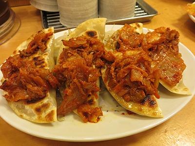 「焼きキムチ餃子定食」(税込み840円、餃子4個)もキムチの濃厚さと辛さが際立つ