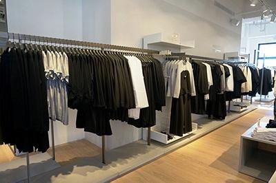 H&Mグループのハイファッションブランド「コス(COS)」。日本1号店は東京・青山にあり、同ショップは2号店となる