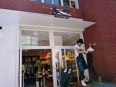 2008年にオランダ・アムステルダムで生まれたデニムブランド「デンハム(DENHAM)」は旗艦店である代官山に次いで日本国内2店目。「ハンドウォッシュでしか出ない色の変化を楽しんでほしい」と自社製品を無料で手洗いするサービスが人気。またデニムの経年変化を見せるため、デザイナーチームが履き込んだデニムをディスプレイしている
