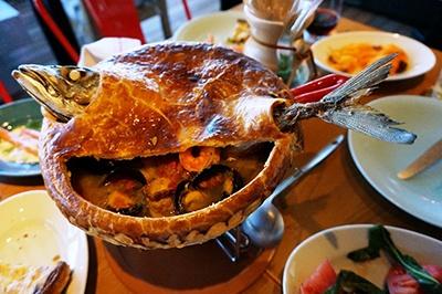 あらゆる食材をパイにして提供する新業態のパイ専門店「パイホリック(Pie Holic)」の「ブイヤベースのホットパイ」(4980円/3~4人用)