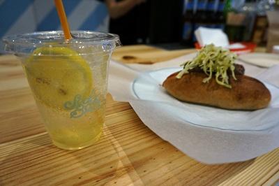 「Community Mill」(雑貨/カフェ&レストラン)は多くのファッションブランドを展開する「ビーズインターナショナル」の新業態。店内のドリンクスタンド「SODA BAR」ではハンドメイドの炭酸飲料が常時10種類ほど揃っている。写真は「季節のフルーツソーダ」(450円)で、無農薬のレモンと減農薬の4種類の日本の柑橘を使用した自家製シロップのソーダと、ホットドッグ(650円)