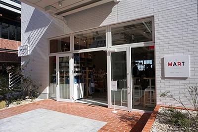 米国西海岸生まれのライフスタイル複合セレクトショップ「フレッド・シーガル(Fred Segal)」の国外2号店。街側、海側に2フロアあり、海に面したフロアでは食マーケット「ザ マート アット フレッド シーガル(THE MART AT FRED SEGAL)」があり、4店共通のフードホールとなっている