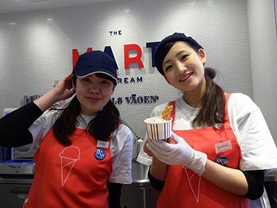 フレッド・シーガルのフードホール内にあるスタンドのひとつで、京都のアイスクリーム専門店「HANDELS VAGEN(ハンデルス ベーゲン)」の新業態店。フレッシュなフルーツを使用し、キッチンで作り立てのアイスクリームを提供している。写真は季節限定「福岡県大川市産「あまおう」ミルク」(500円)。コーンも毎日、店内で焼きたてのものを使っている