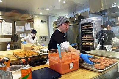 ポートランド初の行列ができるドーナツ店「カムデンズ ブルースタードーナツ(CAMDEN'S BLUE STAR DONUTS)」もフードホール内に出店