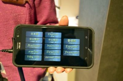 小学生以上のツアー参加客に貸し出される音声ガイドは13言語に対応