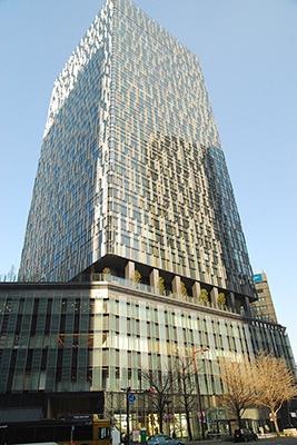 名古屋駅桜通口を出てすぐの「大名古屋ビルヂング」は地上34階建て高さ約175メートル。外観は空へ延びる大樹をイメージしたデザイン