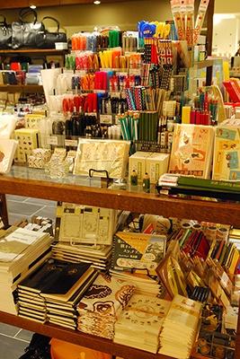 遊び心あふれる名古屋みやげの雑貨、文具をそろえる書店・雑貨の「リブレット ナゴヤ」