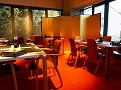 レストラン(約50席)は安土桃山時代風の金色内装。日本酒が楽しめるカウンターバーは5席
