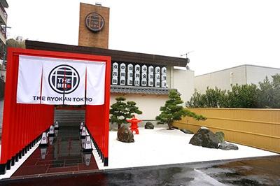 「The Ryokan Tokyo YUGAWARA」(神奈川県足柄下郡湯河原町宮上742)。定員4人部屋が8室、定員6人部屋が3室、ドミトリー(相部屋)は1室14ベッド(男女相部屋、ロッカー有り)。JR「湯河原」駅下車 箱根登山バス「藤木橋」より徒歩10分。枯山水風の前庭がある