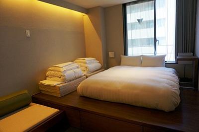 「グリッズ日本橋イースト」の個室タイプのプレミアムルームは4人まで利用可能で1室1万8000円。4人で泊まれば一人4500円前後。ただし宿泊料金は変動制で、時期によって高くなることもある