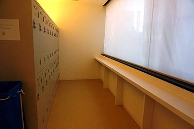 従来のホステルでは荷物は自己管理だったが、鍵のかかるロッカールームがある
