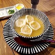 サワークリームと溶かしバターで食べる「スープ餃子」。4個480円