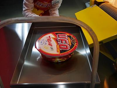 セロファンが容器にぴったり貼り付いた形になり、カップ焼きそばの出来上がりだ