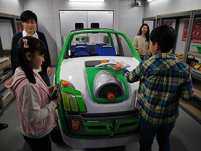 「カスタムガレージ」では、パーツを選んで自動車に取り付けられる