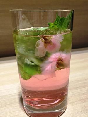「桜のモヒート」(税込み864円)。トッピングされた桜と青シソの香りがよく、すっきり爽やかなカクテル