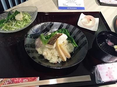 もうひとつのセットメニュー「桜鯛の桜香るリゾット(サラダ、吸い物、甘味付き)」(税込み1728円)。リゾットは、桜風味と昆布だしの和風テイストのエスプーマ(泡)を混ぜて変化が楽しめる。吸い物、サラダ、甘味は手まり寿司コースと共通
