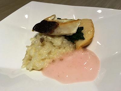 「桜鯛の桜香るリゾット」(試食サイズ)。サクラダイはトッピングのほか、ご飯にも細かくほぐしたものが入っていて、タイのうまみをしっかり味わえた