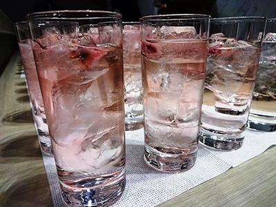 サントリーが考案したカクテル「桜のしぶき」(税込み756円)は桜の葉の香りがするズブロッカにトニックウォーターで甘味を加え、桜餅のような風味に仕上げている