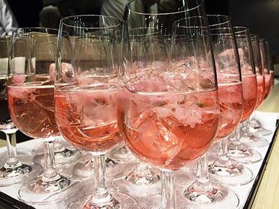 「桜スプリッツァー」(税込み756円)。国産のワインと桜リキュールを使用したカクテル。甘めで飲みやすかった