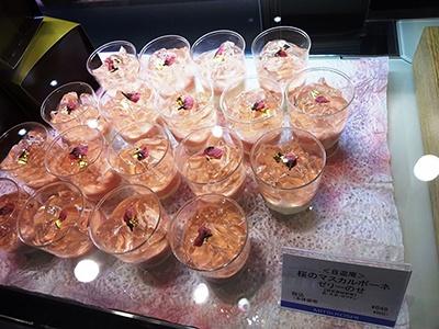 テイクアウト用スイーツ「桜のマスカルポーネ ゼリーのせ」(税込み648円)はマスカルポーネチーズと白あんを重ね、ゼリーと桜の花をのせている