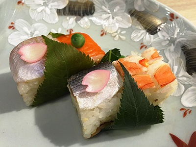 物販コーナーでは伝統的な京料理店として人気の「泉竹」(東京都世田谷区)が提供する「桜の葉包み寿司」 (税込み324円)を販売。エビ、コハダ、小鯛・サーモンを組み合わせ、桜の葉で包んでいる