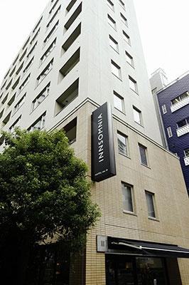 「ホテル・ザ・エム インソムニア 赤坂(インソムニア 赤坂)」(東京都港区赤坂2-14-14)。赤坂駅から徒歩2分、溜池山王駅から徒歩6分。11階建てで客室68室、スペシャルルーム3室の計71室。インソムニアというホテル名は「INN(ちいさなホテル)」と「INSOMNIA(眠れない人)」という単語を組み合わせたという