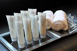 アメニティはロンドン発のオーガニック系ブランド「エッセンシャルエレメンツシリーズ」(Gilchrist & Soames社)を日本のホテルとしては初めて採用