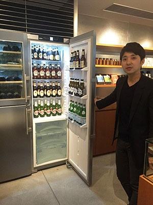 レセプションの後ろ側に冷蔵庫がある。「アルコールのセレクションは万人受けする一般的なものではなく、高級感があり手に入りにくいものを揃えている」(同ホテルを設計したグリフォンの齋藤貴史社長)