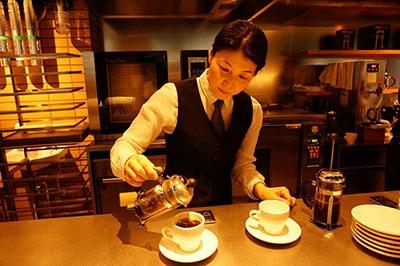 1階で24時間営業している「ウニール 赤坂店」はコーヒー豆を産地の農場から直接買い付けている京都発のスペシャルティコーヒー専門店「ウニール」の東京1号店。ルームキー提示で「カプチーノ」(520円)や「カフェラテ」(600円)など6~7種類のコーヒーを24時間無料で飲める(時間帯により対象メニューは異なる)。また同じく京都発のブーランジュリー 「ル・プチメック」の「クロワッサン」(180円)、「パン・オ・ショコラ」(230円)などを店内で焼き上げて提供している