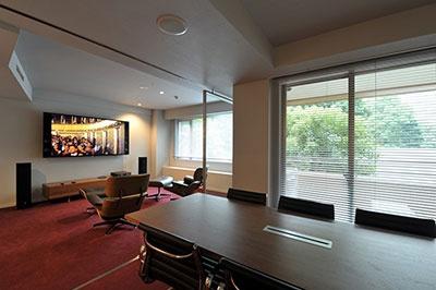 スペシャルルーム「ワーカホリック」はミーティングルームと大画面ビジョン、英国王室ご用達のスコットランド「リン」社のサラウンドシステムを完備。ネットに接続して海外と真夜中に電話会議をすることもできる。要予約で2時間から利用可能(1時間5000円)、ビジターも利用可能(1時間1万円)