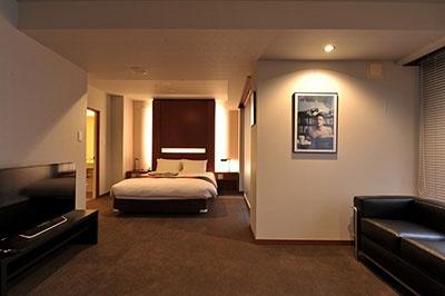 客室名「50」(48平米、ダブルベッド/1泊ルームチャージは税込み3万9000円~)。3人利用の場合はエキストラベッドが追加される