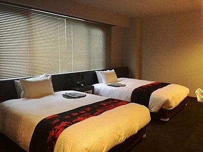 客室名「55」(55平米、ツインベッド/1泊ルームチャージは税込み4万2000円~)。ツインタイプのベッドはそれぞれが幅140cmもある