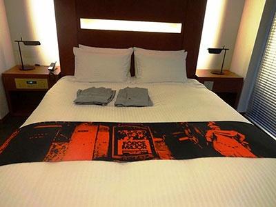 ベッドスローには1960年代以降の「眠らない街・赤坂」をモチーフにしたプリントが施されている