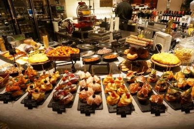 スパニッシュバル「Bar&Tapas Celona(バー&タパス セロナ)」は、「スモークサーモンと小海老」「タコのガリシア」「ボケロネス(イワシの酢漬け)」などのピンチョス(300円~)が豊富にそろう。