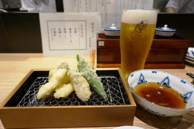 立ち飲み天ぷら店「喜久や TOKYO」は創業45年の老舗。「限定セット(5種盛り)」(800円)。てんつゆのほか、抹茶塩、カレー塩など3種類の塩が用意されている