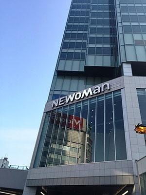 3月25日に第一期エリアが開業する「ニュウマン」(東京都新宿区新宿4‐1‐6)。売り場面積約7600平米に約100店舗が出店。1階から4階、7階の営業時間は11時から22時
