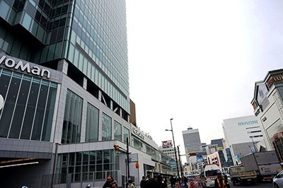 「ニュウマン」のある新宿ミライナタワーはJR東日本が開発。甲州街道を挟んでJR新宿駅南口の反対側になる