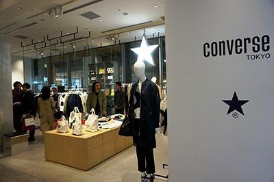 コンバースジャパンがメルローズと協業して立ち上げたブランド「コンバーストウキョウ」(2階)は2店目。新宿店限定のオリジナルプリントのバンダナ付きトートバッグを数量限定で販売