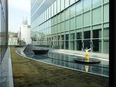 ミライナタワーと新宿駅新南口ビルを結ぶ通路から見える中庭。新宿駅前とは思えない、ゆとりのある空間が広がっている