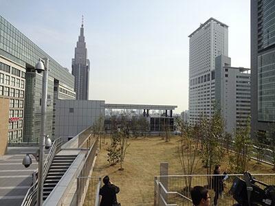新南口駅ビル屋上からの眺め。写真左手に隣接しているのはタカシマヤタイムズスクエア