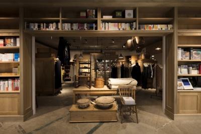 雑貨などを扱う「Library」は、海外の博物館や図書館をイメージした大きな本棚で外壁を表現。内側には世界中の服や雑貨、ビンテージ商品が並ぶ