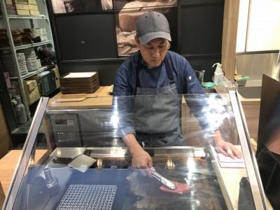 T.N. MEAT WORKSは注文後に客の目の前でステーキを焼いて提供する