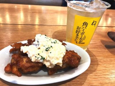 CHICKEN NAN-BARでは塚田農場でも人気の「チキン南蛮」を300円(2個)から提供(写真は4個、500円)。軟らかい食感の若鶏に塚田農場オリジナルのプレミアム卵で手作りした特製タルタルソースがたっぷりかかっている。ハイボールと好相性だった