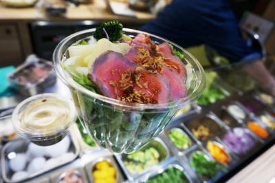 Veggieではクイーンズ伊勢丹の生鮮食品売り場で扱うケールやパクチーなどの野菜を使用したサラダを販売