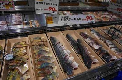 対面販売の鮮魚売り場は多くの客が集まり活気があった。魚のパック売りでも、他店ではあまり見かけない斬新なアイデアが多く、充実している印象