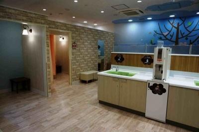 「赤ちゃん休憩室」には授乳室やおむつ交換台を完備し、天井には空気を清浄に保つ装置や、赤ちゃんがまぶしくない照明を設置。床は抗菌コーティングをしている